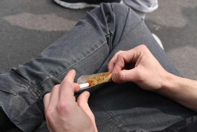 Selon l'OFDT, la proportion de jeunes de 17 ans ayant déjà goûté au cannabis a baissé en trois ans, passant de 47,8 % à 39,1 %.