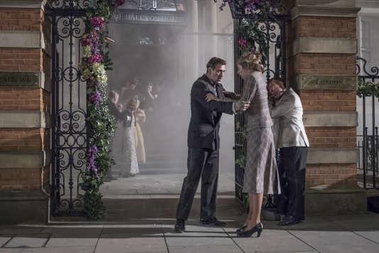 Matt Ryan (Joe O'Hara) et Hermione Cordfield (Emma Garland) dans«The Halcyon, un palace dans la tourmente», saison 1, série créée par Charlotte Jones.
