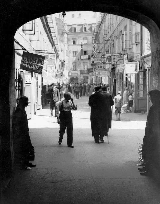 Dans le quartier juif de Varsovie, en Pologne, années 1930.