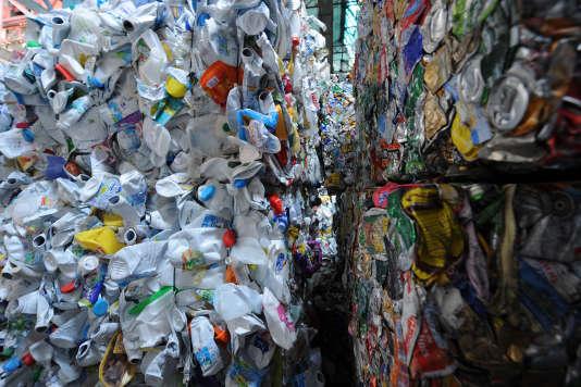 Bouteilles plastiques et canettes métalliques au centre de recyclage Valor Pôle 72, au Mans (Sarthe), en 2013.