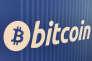 «La guerre économique va reposer de plus en plus sur cette pression sur le marché de l'or et sur le contre-pouvoir des cryptomonnaies»(Logo Bitcoin sur un distributeur à Santa Monica, aux Etats-Unis).