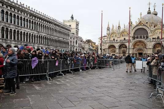 La place Saint-Marc à Venise attire de nombreux touristes.