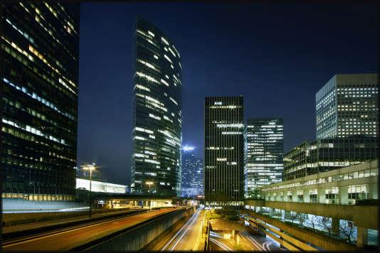 «Les SCPI achètent des immeubles ou des commerces (rarement des logements) pour percevoir des loyers qu'elles redistribuent à leurs porteurs de parts sous la forme de généreux dividendes» (La Défense, la nuit).