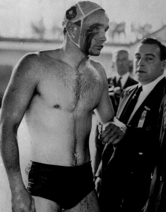 A Melbourne, en 1956, le Hongrois Ervin Zador après une bagarre avec l'équipe russe de water-polo.