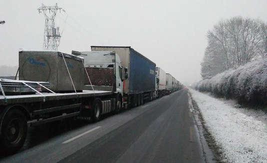 Circulation arrêtée par la neige sur la N20 près d'Etrechy (Essonne), le 6 février.