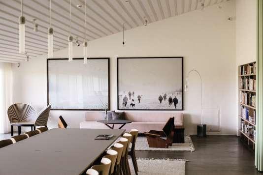 Mobilier vintage (la GJ Chair de Grete Jalk) et photographie contemporaine (le diptyque «How to Hunt», de Nicolai Howalt et Trine Søndergaard) dans le salon de lecture de Kvadrat.