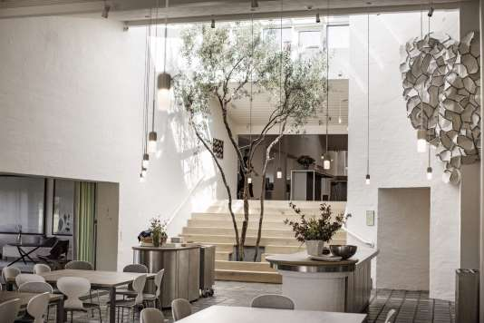 La cantinedu siège de Kvadrat.Au plafond,est suspenduela structureen tissu Divina «Clouds», réalisée par Ronan et Erwan Bouroullec.