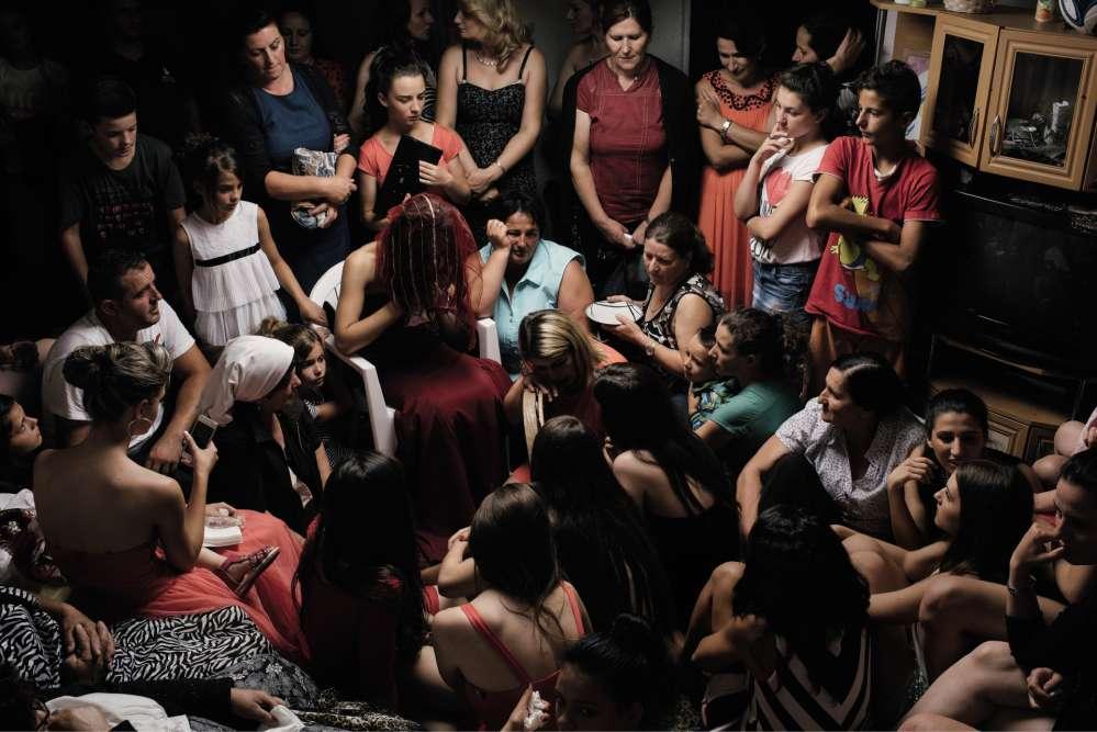 A la veille d'un mariage traditionnel au Kosovo, à Skenderaj, en 2014. La future épouse, sous son voile rouge, doit manifester la tristesse d'être bientôt séparée de sa famille.