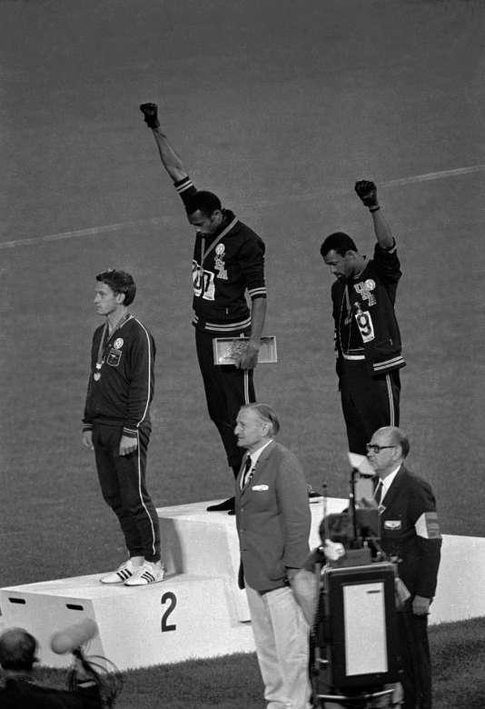 A Mexico, en 1968,les Américains Tommie Smith (au centre) et John Carlos dénoncent la ségrégation raciale aux Etats-Unis.