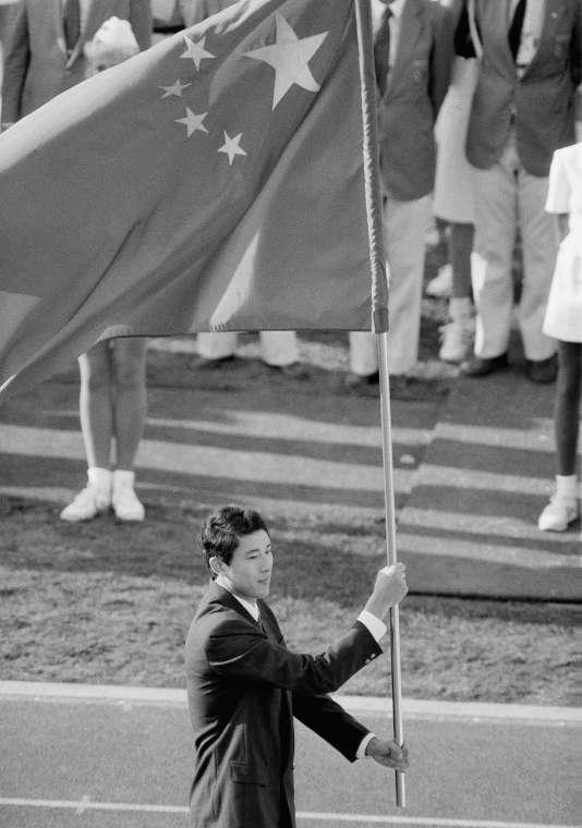 Lors de la cérémonie d'ouverture des Jeux de Los Angeles, en 1984, le basketteur Wang Libin porte le drapeau de la Chine pour l'entrée de la République populaire dans la famille olympique.