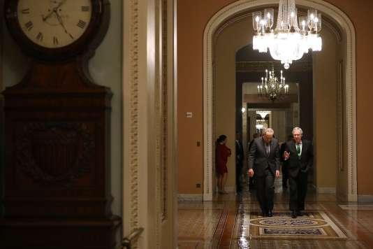 Le chef de la minorité démocrate au Sénat Charles Schumer et celui de la majorité républicaine Mitch McConnell, le 7 février au Capitole, à Washington.