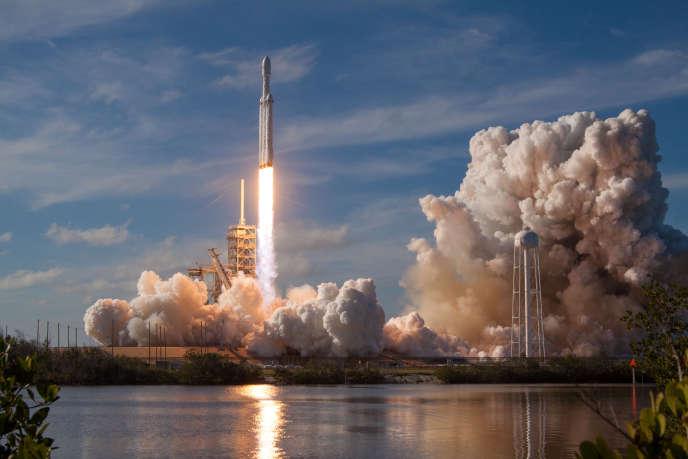 Le lanceur lourd «Falcon Heavy», de SpaceX, décolle du pas de lancement 39-A de Cap Canaveral, en Floride, le 6 février.