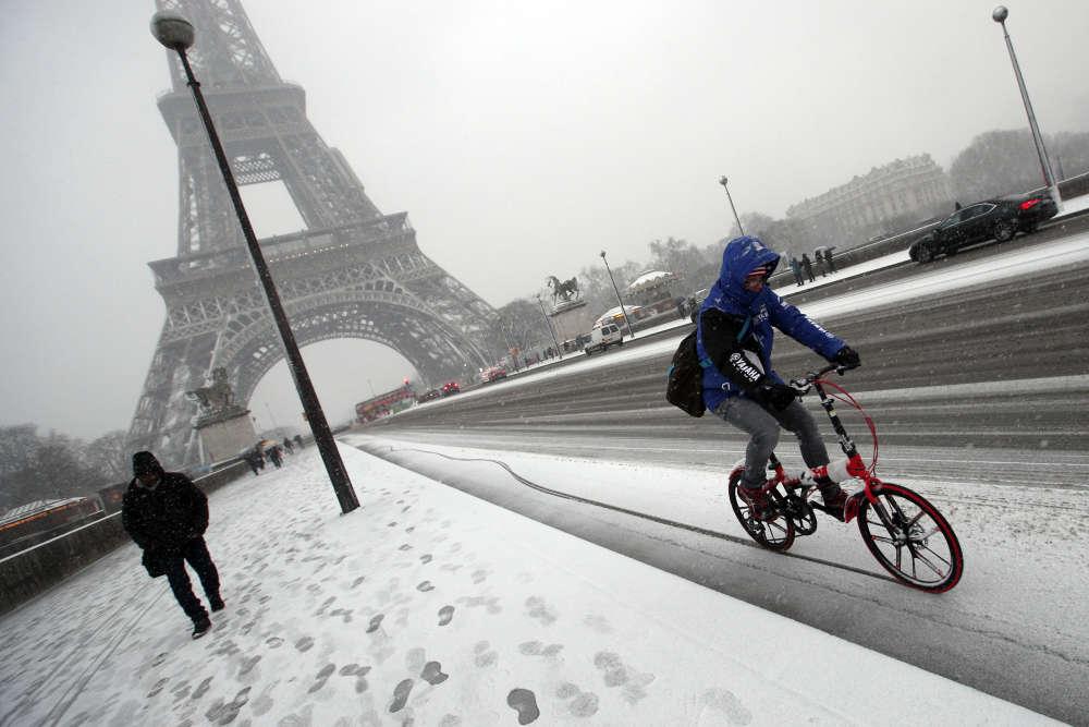 A Paris mardi 6 février.Alors que la neige devrait progressivement tenir au sol dans la région, avec des cumuls prévus entre 5 et 10 cm, la société d'exploitation de la tour Eiffel a fermé le monument mardi en raison des conditions météorologiques.