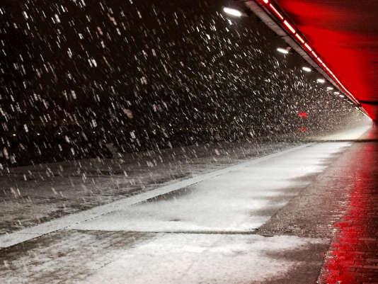 Nuit de neige sur le canal de l'Ourcq à Paris 19e.