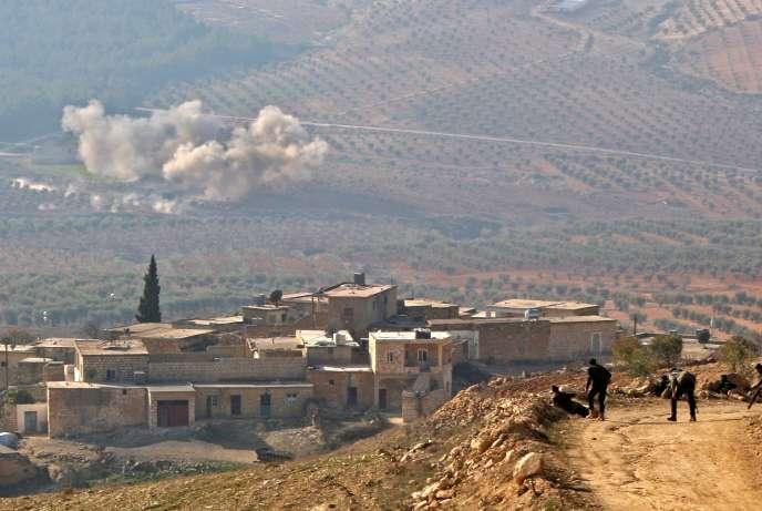 Des rebelles syriens, alliés de la Turquie, près du village d'Al-Mud, dans le nord-ouest de la Syrie, le 8 janvier.