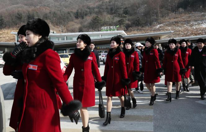 Une équipe de supportrices nord-coréennes à la sortie d'unestation service en Corée du Sud, avant leur arrivée à Pyeongchang, le 7 février 2018.