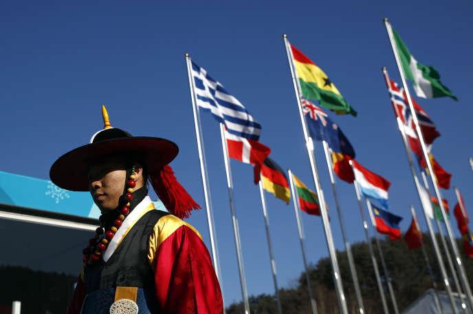 Un participant à la cérémonie de bienvenue vétu d'un habit traditionnel coréen, à Pyeongchang, le 7 février 2018.