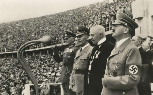 En 1936, le Belge Henri de Baillet-Latour, président du Comité international olympique, aux cotés d'Adolf Hitler lors de la cérémonie d'ouverture des JO d'été à Berlin (document de propagande).
