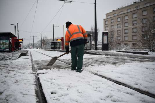 Les voies du tramway enneigées à Tours mercredi 7 février.