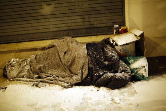 Un sans-abri sur un trottoir d'Issy-les-Moulineaux (Hauts-de-Seine), le 6 février.