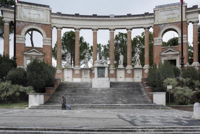Le monument aux morts de Macerata (Italie), où a été arrêté le tireur Luca Traini.