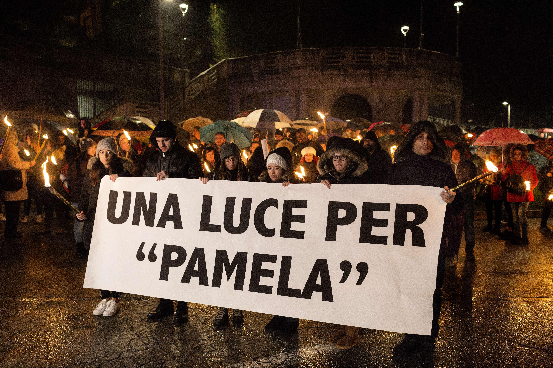 Pendant la marche «Una luce per Pamela» («une lumière pour Pamela»), le 6 février.