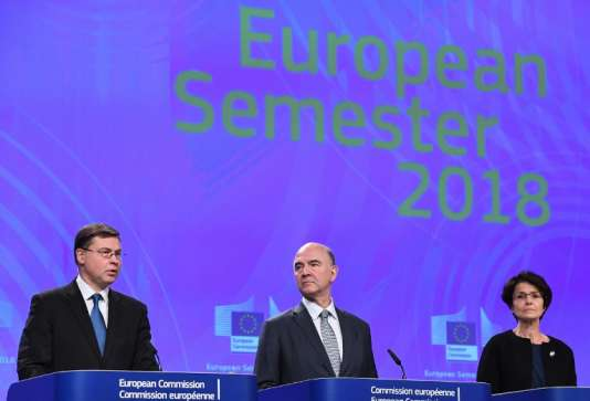 Les commissaires européens à l'euro, Valdis Dombrovskis, aux affaires économiques et financières, fiscalité et douanes, Pierre Moscovici, et à l'emploi, aux affaires sociales, aux compétences et à la mobilité des travailleurs, Marianne Thyssen, le 22 novembre 2017, à Bruxelles.