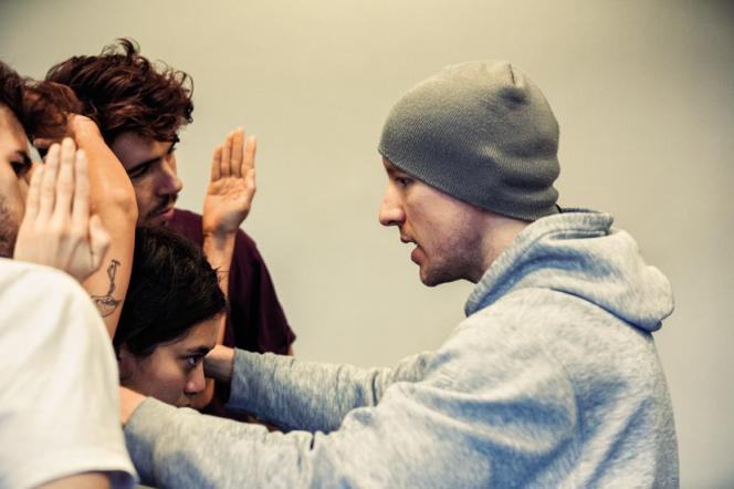 Le chorégraphe américain Andrew Skeels (à gauche) lors des répétitions de« Finding Now».