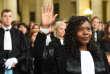 Une jeune magistrate lève la main en prêtant serment le 3 février 2017, au palais de justice de Bordeaux.