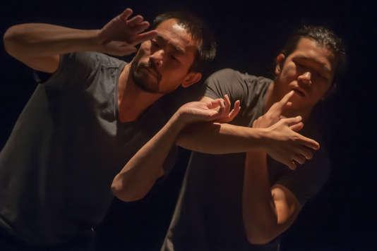 « Negotiation », une chorégraphie de et avec Olé Khamchanla et Pichet Klunchun.