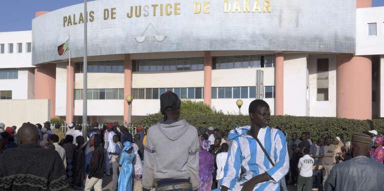 Des personnes se pressent près du palais de justice de Dakar, le 14 décembre 2017, pour assister au procès de Khalifa Sall et de ses collaborateurs.