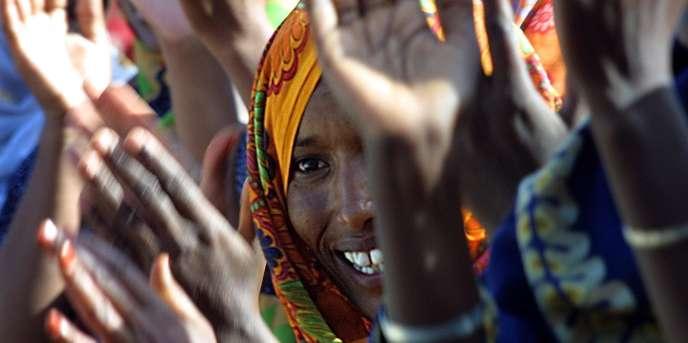 Des femmes à l'entrée d'un bureau de vote à Hargeisa, au Somaliland, en 2001.