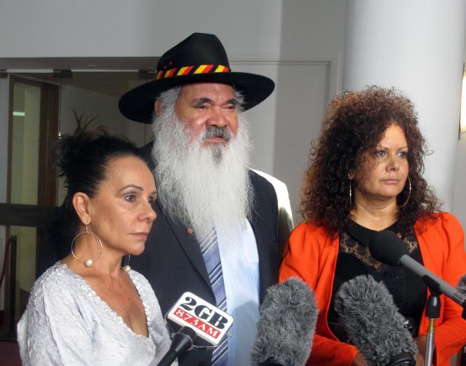 Les députés aborigènes d'opposition Linda Burney, Pat Dodson et Malarndirri McCarthy, devant le Parlement, à Canberra, le 8 février.