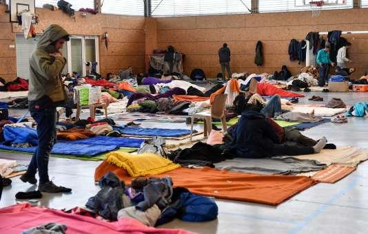 Des migrants dans un gymnase de Grande-Synthe (Nord), le 7 février.
