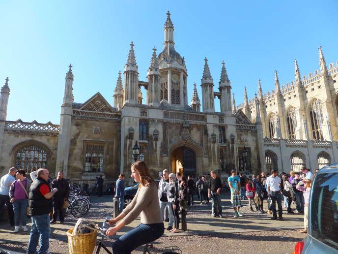 Des étudiants du programme Erasmus sur le campus de l'université de Cambridge, au Royaume-Uni.