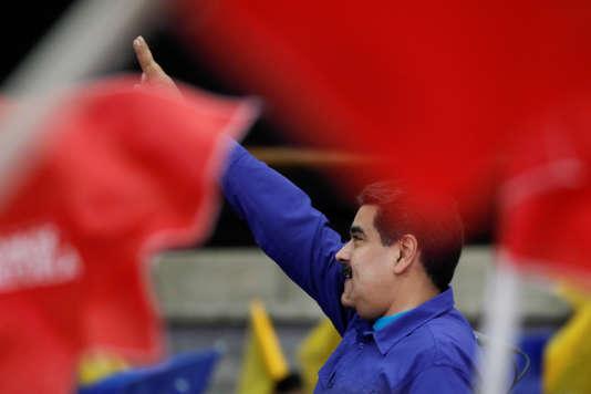Le président vénézuélien sortant Nicolas Maduro salue ses supporters lors d'un meeting à Caracas, le 7février.