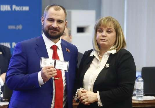 Maxime Souraïkine en compagnie de la présidente de la Commission électorale, Ella Pamfilova, après avoir enregistré sa candidature, le 8 février à Moscou.