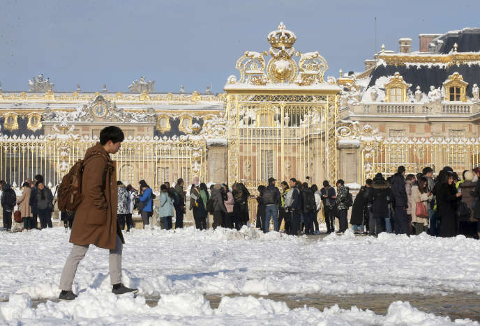 Devant le château de Versailles, le 8 février.