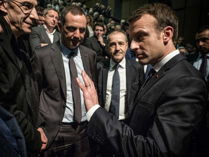 Emmanuel Macron devant le président du Conseil exécutif de Corse Gilles Simeoni et le président de l'Assemblée de Corse Jean-Guy Talamoni, le 7 février à Bastia.