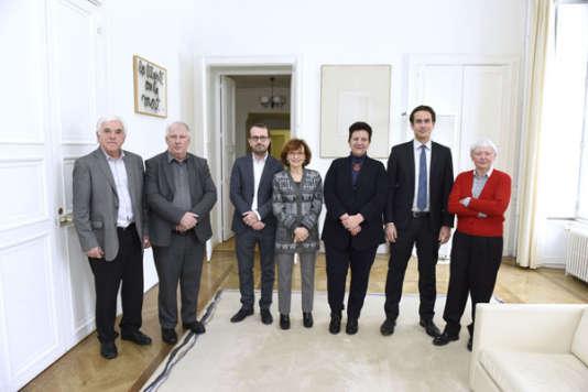 Les membres du comité scientifique et éthique de Parcoursup, dont sa présidente, Noëlle Lenoir (au centre), au côté de la ministre Frédérique Vidal.