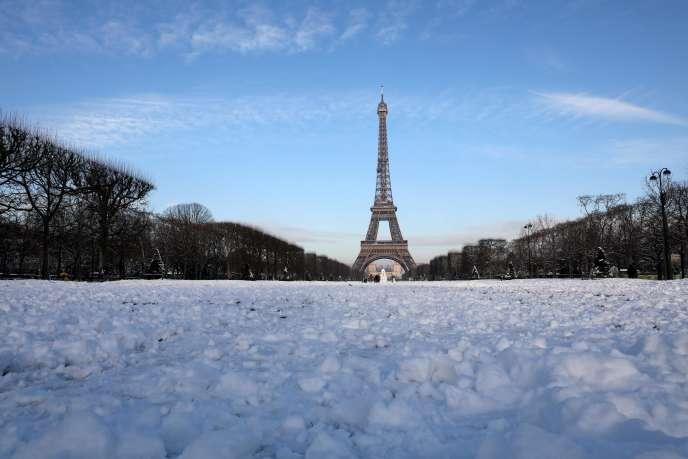 La tour Eiffel sous la neige, le 8 février.De nouvelles précipitations neigeuses sont annoncées.