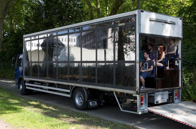 Le camion-théâtre du metteur en scène Stefan Kaegi et du collectif Rimini Protokoll.