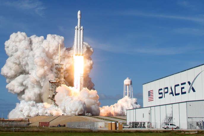Décollage d'un gros lanceur Falcon Heavy de SpaceX depuis Cap Canaveral, en Floride, le 6 février.
