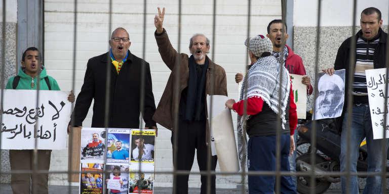 Des partisans du« Hirak» demandent la libération du leader du mouvement, Nasser Zefzafi, devant la cour d'appel de Casablanca, au Maroc, le 5janvier 2018.