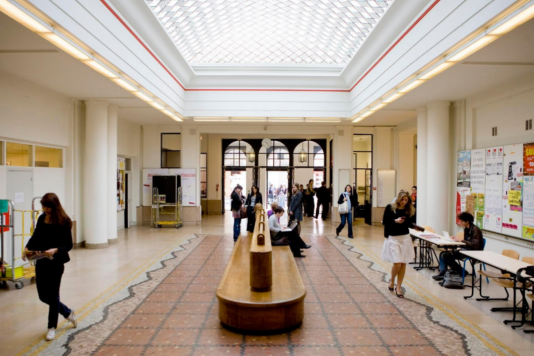 Le hall d'entrée de Sciences Po, à Paris.