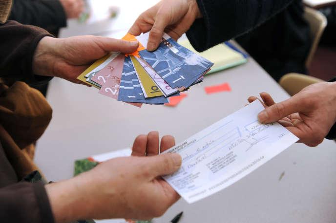 « Le circuit monétaire complémentaire ne vise nullement à se substituer à l'euro mais précisément à le complémenter, en organisant une partie des échanges au profit des emplois locaux et en mieux valorisant les ressources locales» (Photo: l'eusko, monnaie locale utilisée à Bayonne, en 2013).
