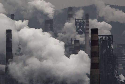 En Chine,«les chaudières utilisées pour le chauffage ou par l'industrie consomment 600 millions de tonnes de charbon par an, soit davantage que le secteur électrique. L'Etat veut en supprimer un tiers en quatre ans» (Photo: centrale au charbon, province du Hebei, en Chine, en 2015).