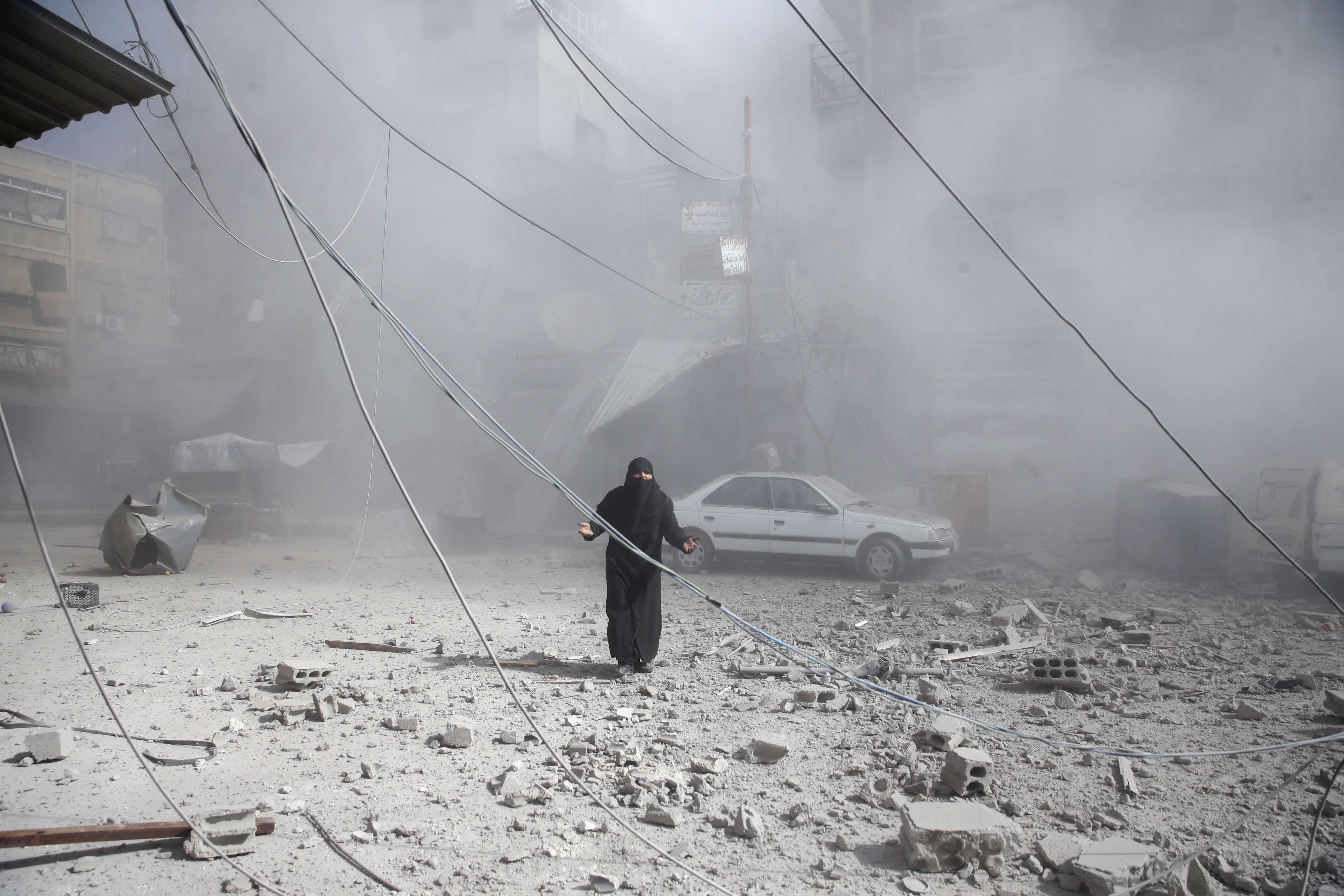 Peu après un bombardement, dans la ville de Douma, encerclée par l'armée syrienne, le 7 février.