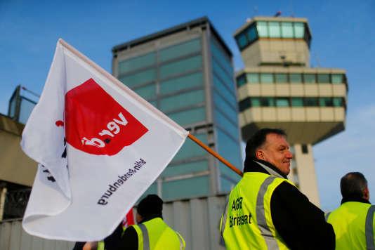 Une manifestation organisée par le syndicat allemand des services Verdi à l'aéroport Tegel de Berlin, en mars 2017.