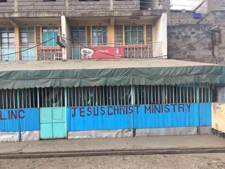 Dans le ghetto de Dandora, beaucoup s'en remettent à la religion pour espérer des jours meilleurs.En 2007, une étude du Programme des Nations unies pour l'environnement a montré que les enfants étaient surexposés à la pollution générée par la décharge.
